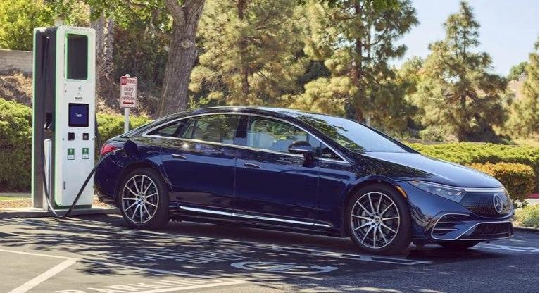 شارژ مرسدس بنز EQS و تسلا مدل S پلاد چقدر طول می کشد؟