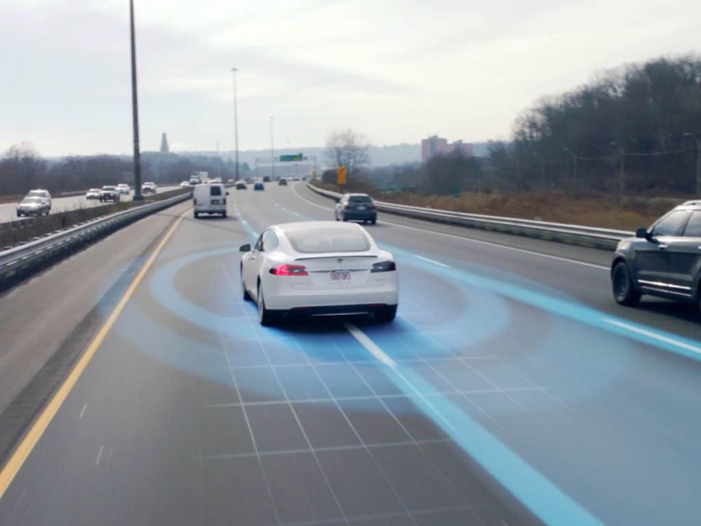 NHTSA از خودروسازان برای کمک به تحقیق در خصوص اتوپایلوت تسلا درخواست کرد